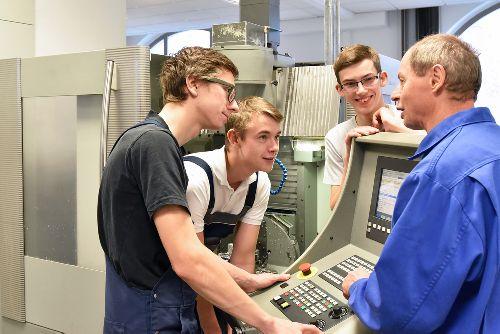 Jobb lesz a szakképzés, emelkedik a szakképzésben oktatók bére, ösztöndíjakat kapnak a szakképzésben tanulók borítókép